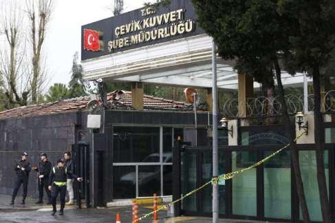 La policía vigila en la puerta de la comisaría turca de Bayrampasa.