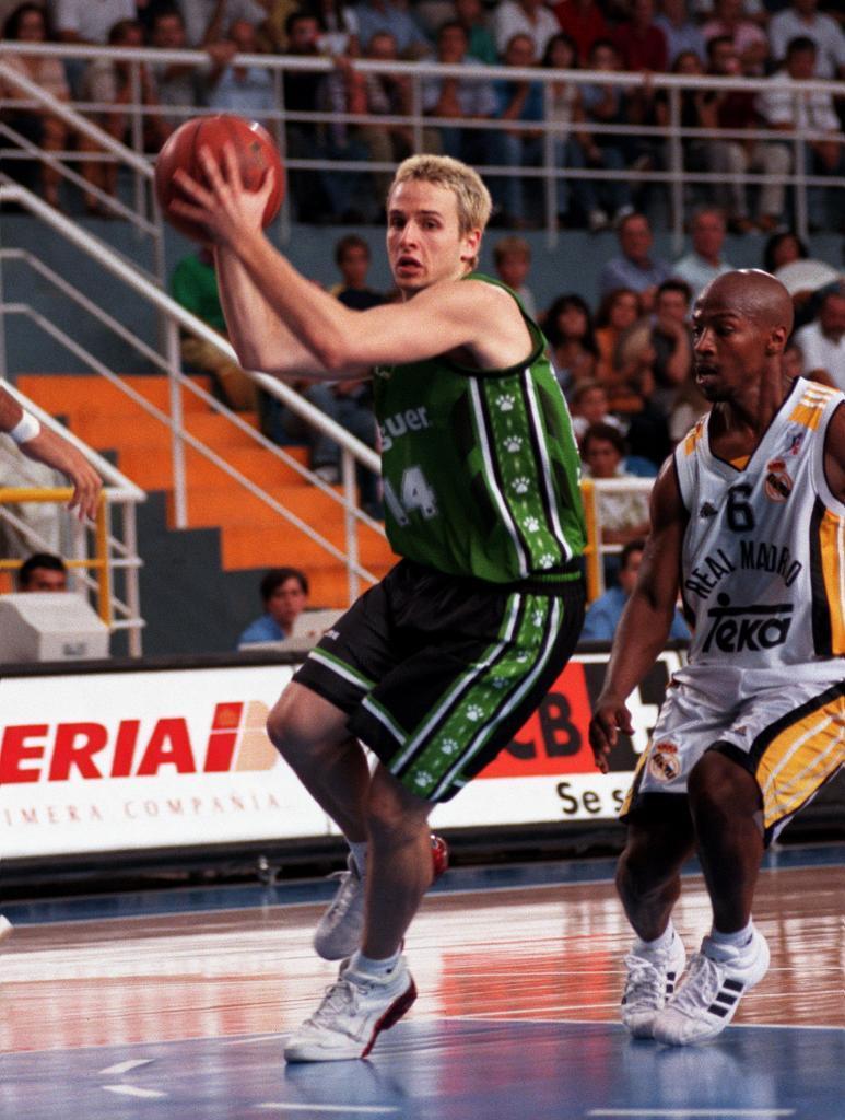 Joventut de Badalona: ACB en 1998-2000. Con el pelo dorado como recuerdo del oro mundial junior con España en 1999.