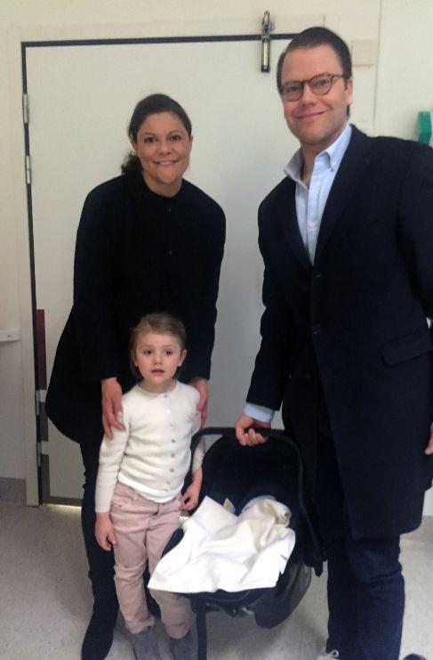 Los príncipes Victoria y Daniel de Suecia y ya están en casa con su...