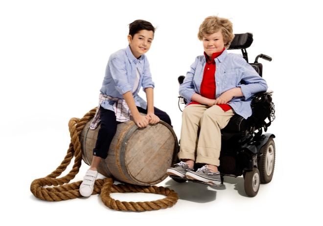 cbbcaabb8 Tommy Hilfiger lanza la primera línea de ropa para niños con discapacidades  físicas