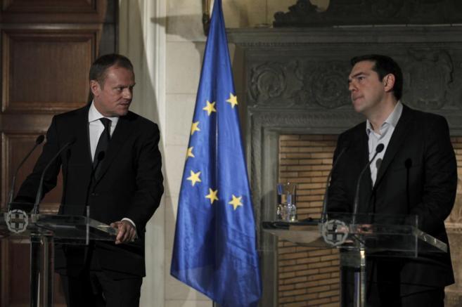 El presidente del Consejo Europeo, Donald Tusk, junto al primer...