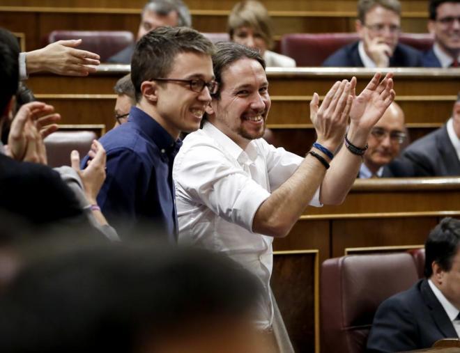 El secretario general de Podemos, Pablo Iglesias, aplaude en el...