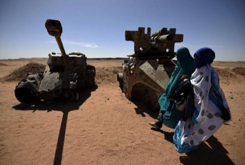 Saharauis junto a vehículos militares marroquíes en un museo en...