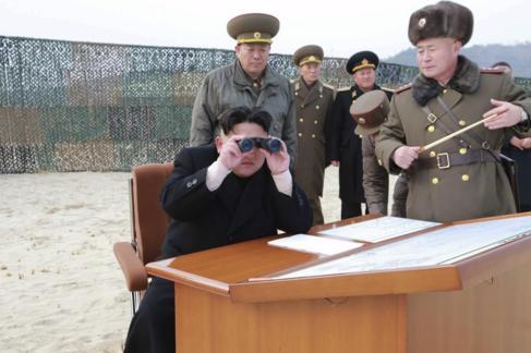 Kim Jong Un supervisa las maniobras militares del ejército...