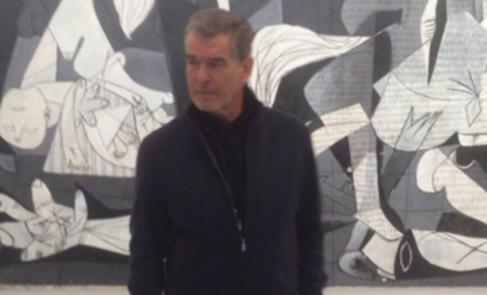 Pierce Brosnan, ante 'El Guernica', en el Reina Sofía.