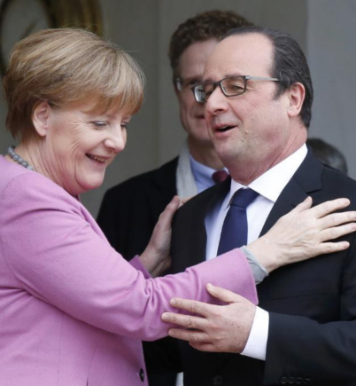 Angela Merkel, junto al presidente francés, Francois Hollande, en...
