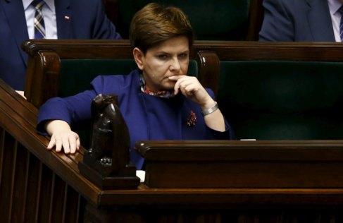 Beata Szydlo, primera ministra polaca, durante un debate parlamentario...