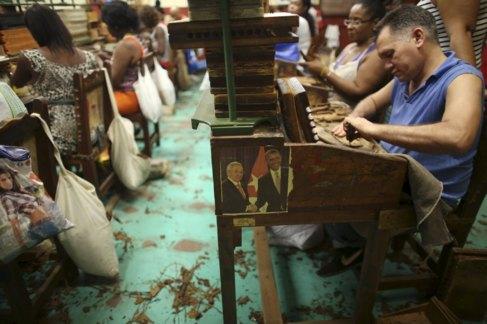 Una foto de Raúl Castro y Barack Obama en una fábrica de tabaco de...