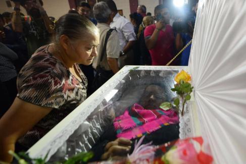 Una mujer acude al funeral de la activista Berta Caceres en La...
