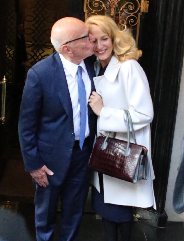 Rupert Murdoch y Jerry Hall cariñosos ante la prensa tras darse el...