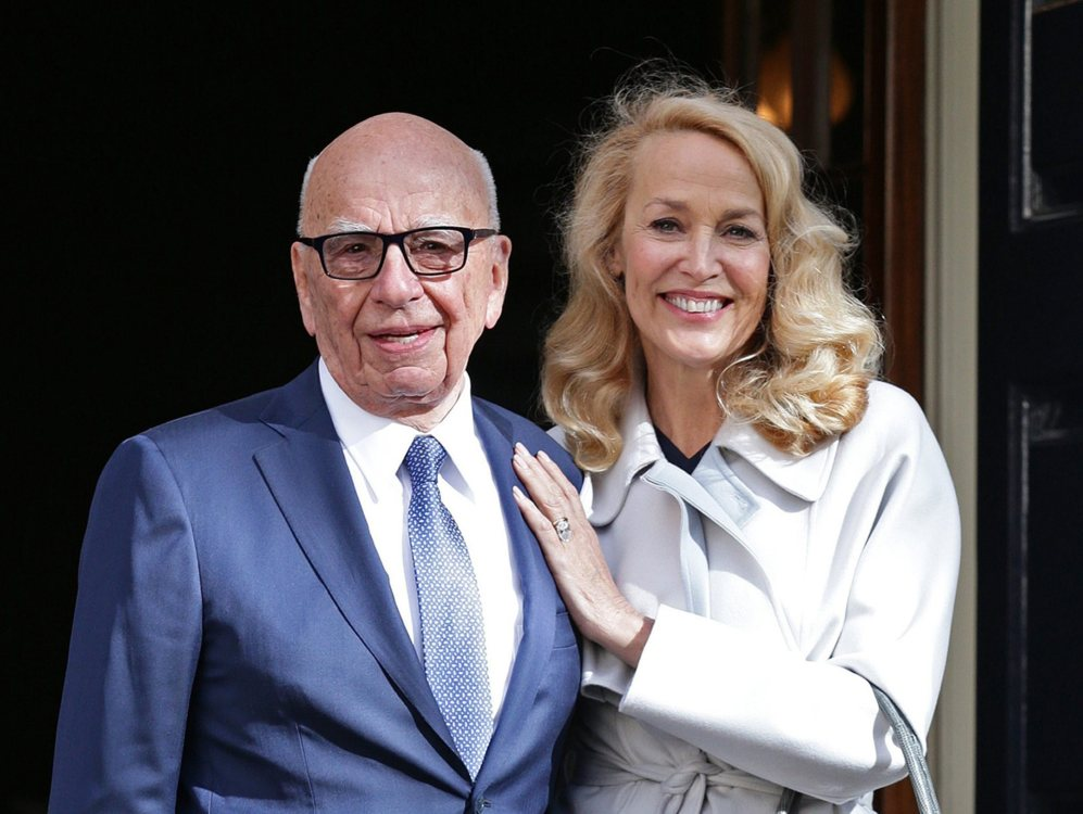Rupert Murdoch y Jerry Hall a la salida de Spencer House, donde se han...