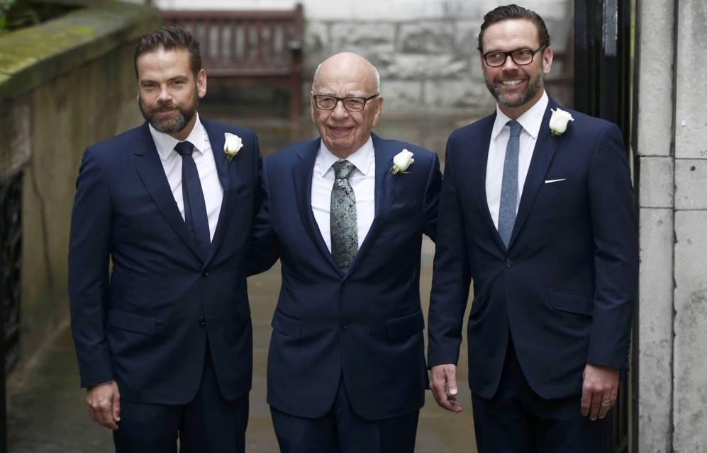 Rupert Murdoch posa junto a sus dos hijos, Lachlan y James, en su...