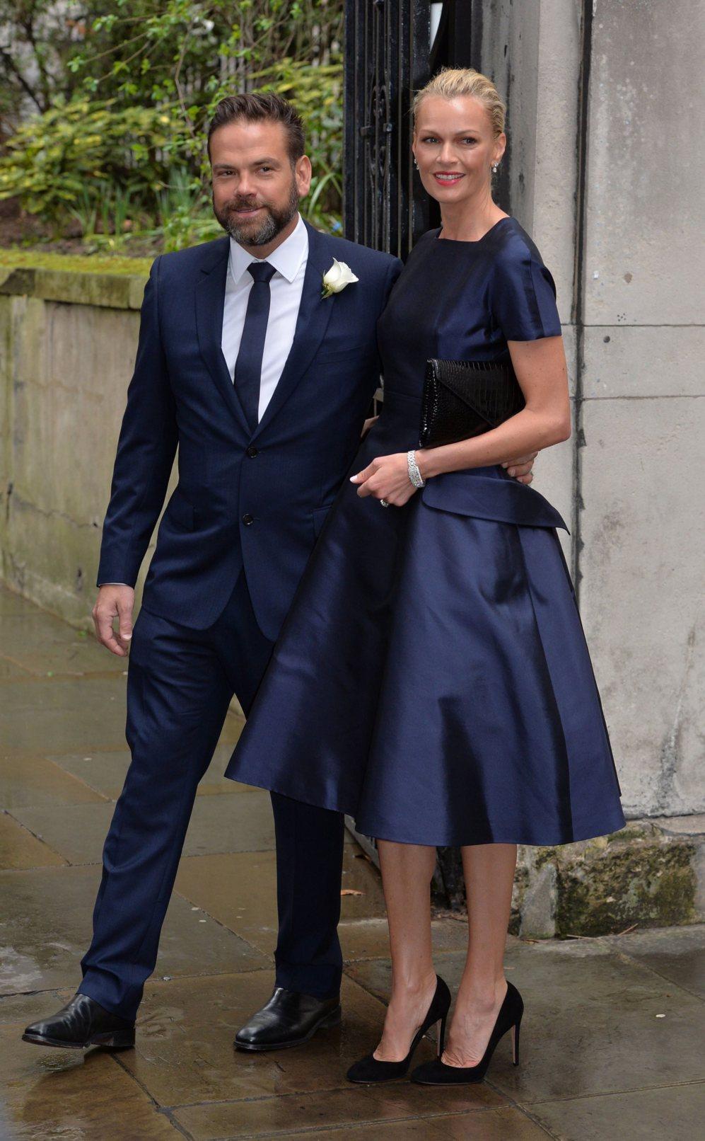 Lachlan Murdoch, hijo del magnate, junto a su mujer Sarah posando para...