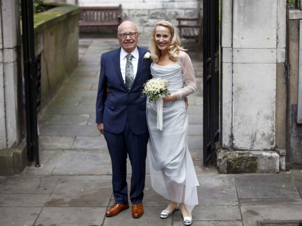 El magnate Rupert Murdoch y su esposa, la exmodelo Jerry Hall posan a...