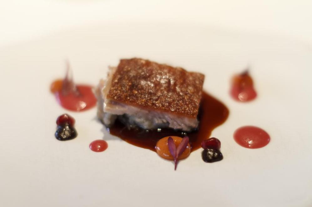 Cochinillo ibérico con madroño y granada: uno de los platos fuertes...