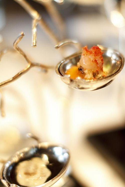 Coral: en una cucharilla, ostra ying-yang sobre mar de salsa de ajo...