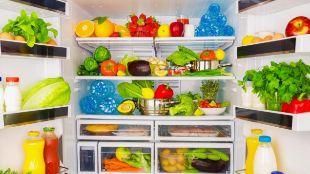 El interior de una nevera con frutas y verduras.