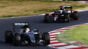 Fernando Alonso de McLaren, seguido del británico de Mercedes, Lewis...