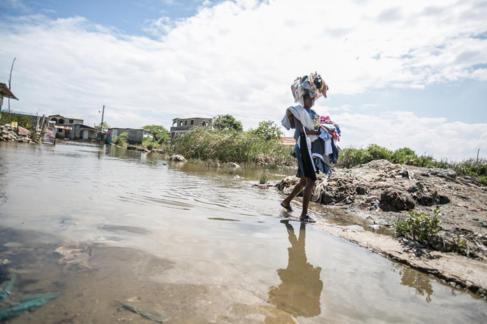 Una mujer en una calle inundada en Haití tras las fuertes lluvias del...