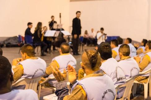 Íñigo Pírfano frente a los reclusos de la cárcel colombiana.