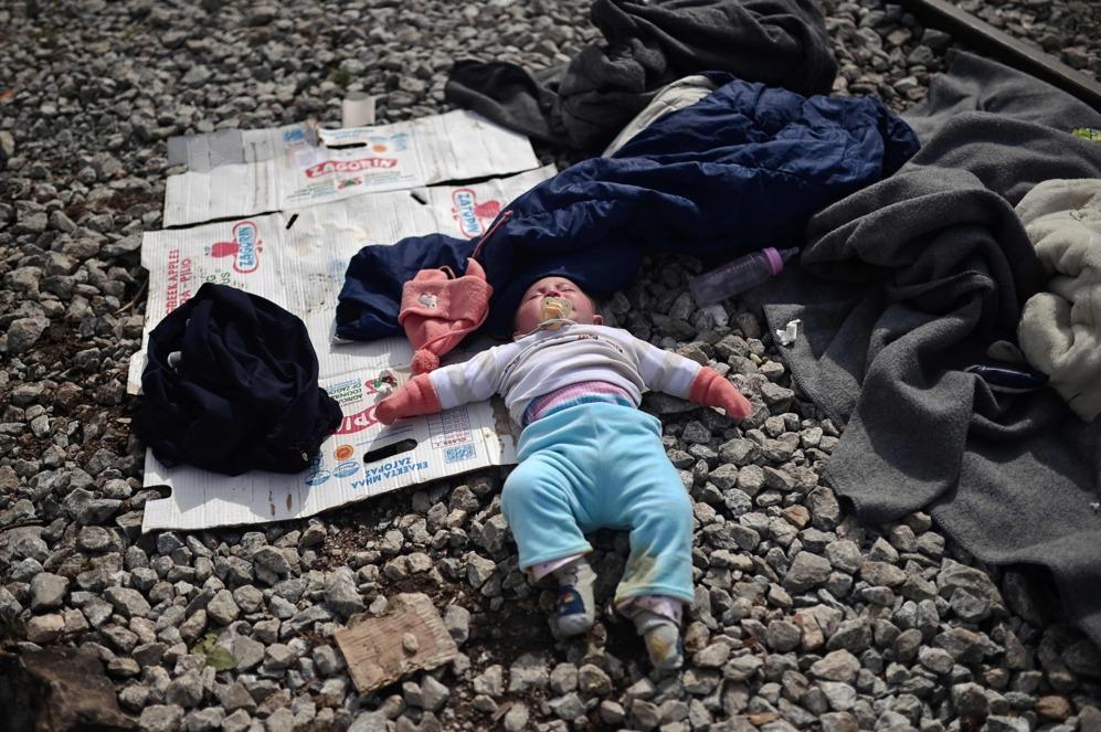 Un niño duerme entre las vías de tren en Idomeni, en la frontera de Grecia con Macedonia.