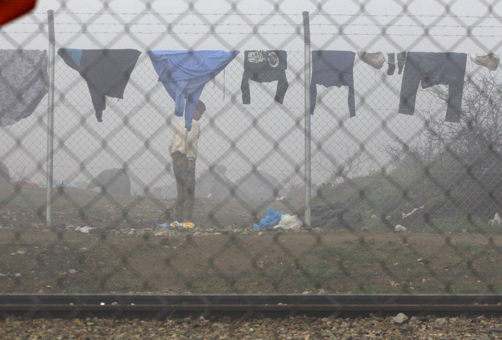 Un joven junto a la valla que separa Grecia de Macedonia.