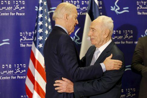 El vicepresidente americano, Joe Biden (izqda), abraza al ex...