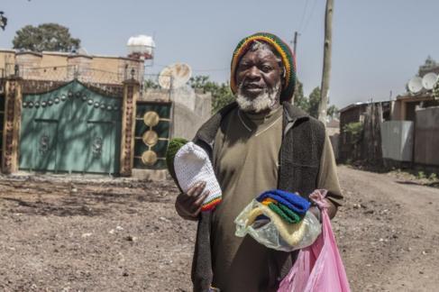 Un miembro del movimiento rastafari, en Shashamane, Etiopía,...
