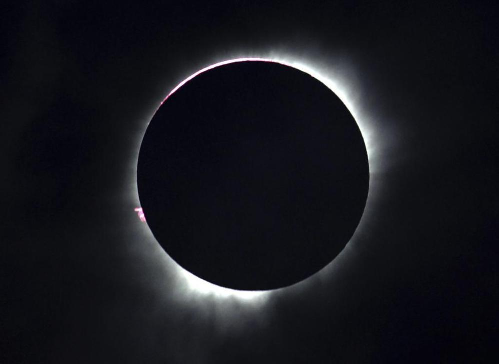 Vista de un eclipse total de sol en Ternate, Islas Maluku (Indonesia).