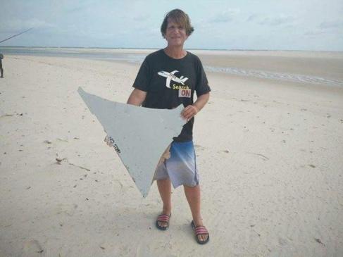 Blaine Gibson, con uno de los restos del avión en Mozambique.