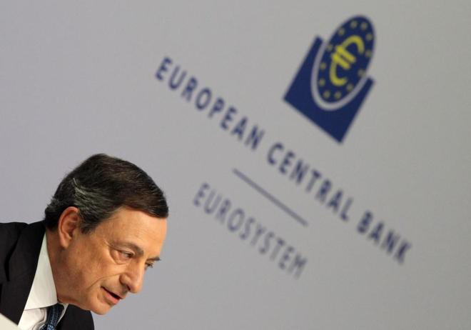 El Presidente del Banco Central Europeo, Mario Draghi, conduciendo una...