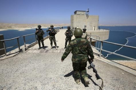 Varios 'peshmerga' hacen guardia en la presa de Mosul, al...