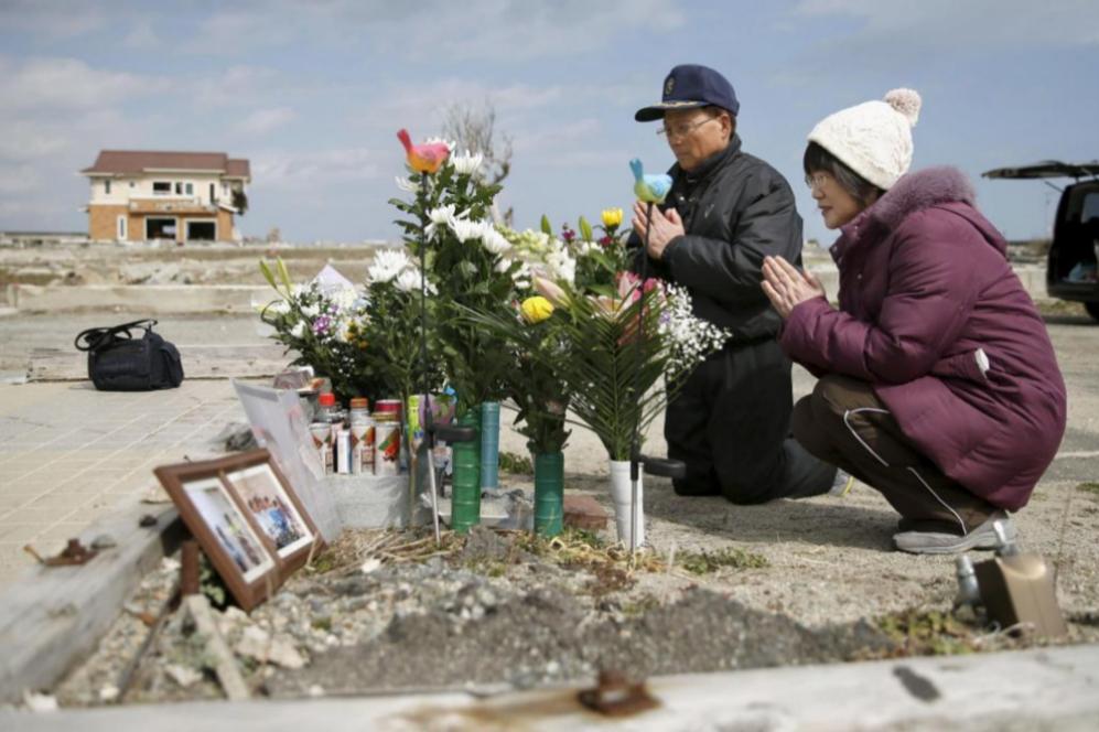 Tsutoshi Yoshida y su mujer Seiko rezan en memoria de su hija Miki,...