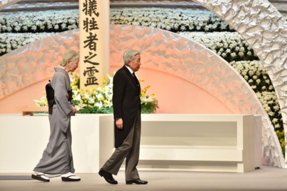 El emperador Akihito y la emperatriz Michiko en el homenaje a las...