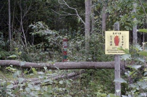 Un cartel advierte del final del territorio de Estonia en su frontera...