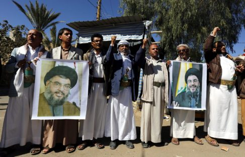 Hutíes con la imagen del líder del grupo chií libanés Hizbulá,...