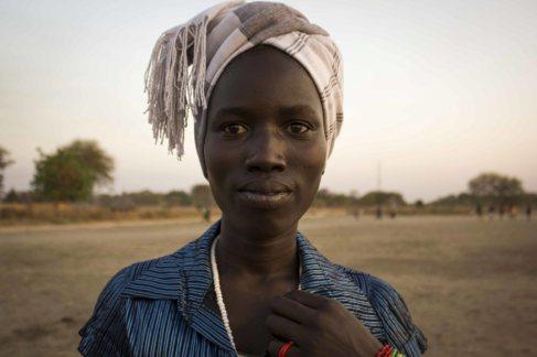 Una mujer espera en el único refugio en Ayod, en Sudán del Sur