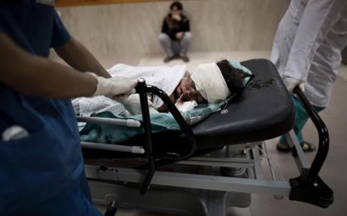 Médicos palestinos tratan a una niña herida por los ataques.
