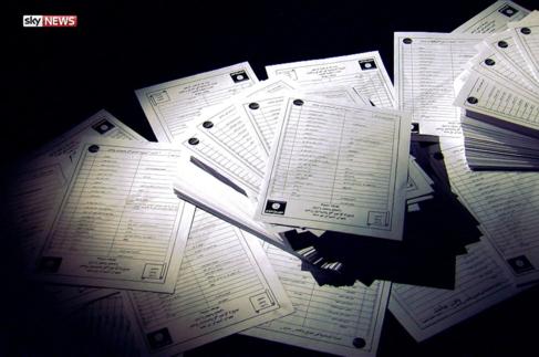 Documentos que contienen listas de reclutamiento del Estado Islámico.