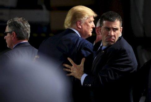 Agentes del servicio secreto rodean a Donald Trump este sábado en...
