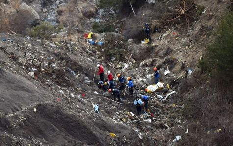 Los equipos de rescate trabajan en la zona donde se estrelló el A-320...