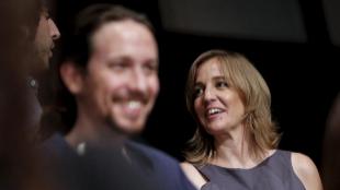 Tania Sánchez, detrás del líder de Podemos, Pablo Iglesias, en la...