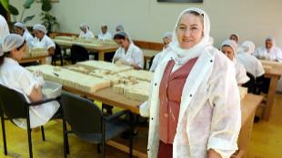 Gamila en su fábrica de jabones del polígono industrial de Tefen.