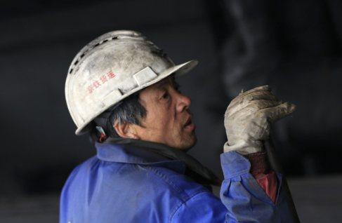 Un trabajador en una mina de carbón en el distrito de Fangshan en las...