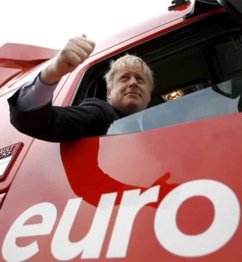 Borish Johnson, en un camión de la campaña a favor del...