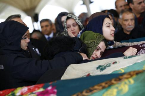 Familiares de una de las víctimas del atentado de Ankara.
