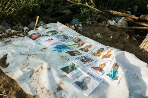 Fotografía de un cartel con imágenes de los mineros desaparecidos,...