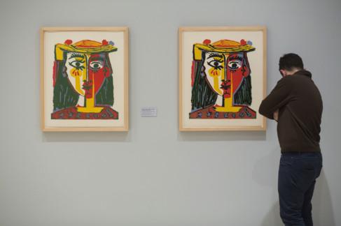 Dos obras de la serie 'Retrato de mujer con sombrero de borlas y...