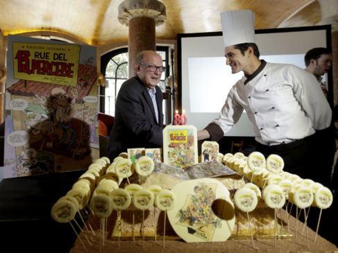 Ibáñez, soplando las velas del pastel decorado con la primera...