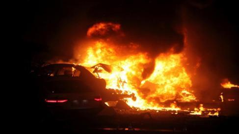 Restos de un coche destrozados tras la explosión registrada en...
